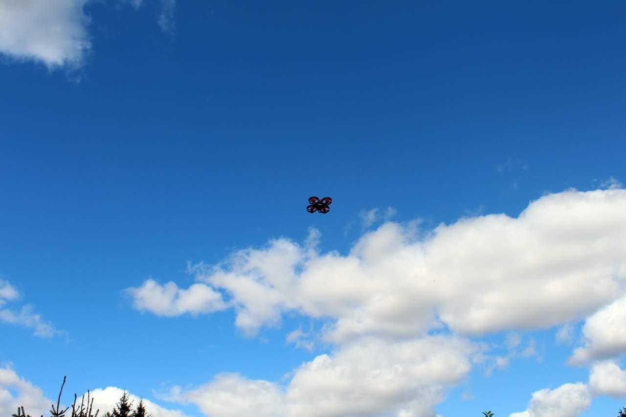 Mini-Drohne fliegt