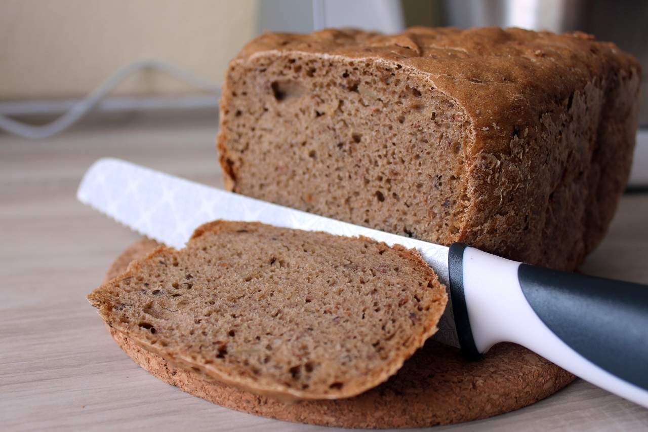 Das fertig gebackene Brot aus dem Automaten