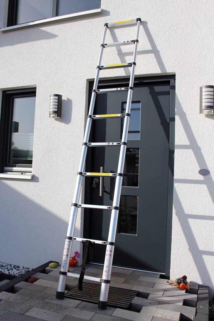Teleskopleiter zum Fenster putzen verwenden